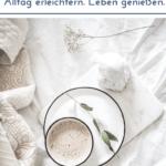 """Kaffee auf heller Untertasse und weißem Tuch. Text:""""Willkommen bei Einfach mal einfach - Alltag erleichtern. Leben genießen."""""""