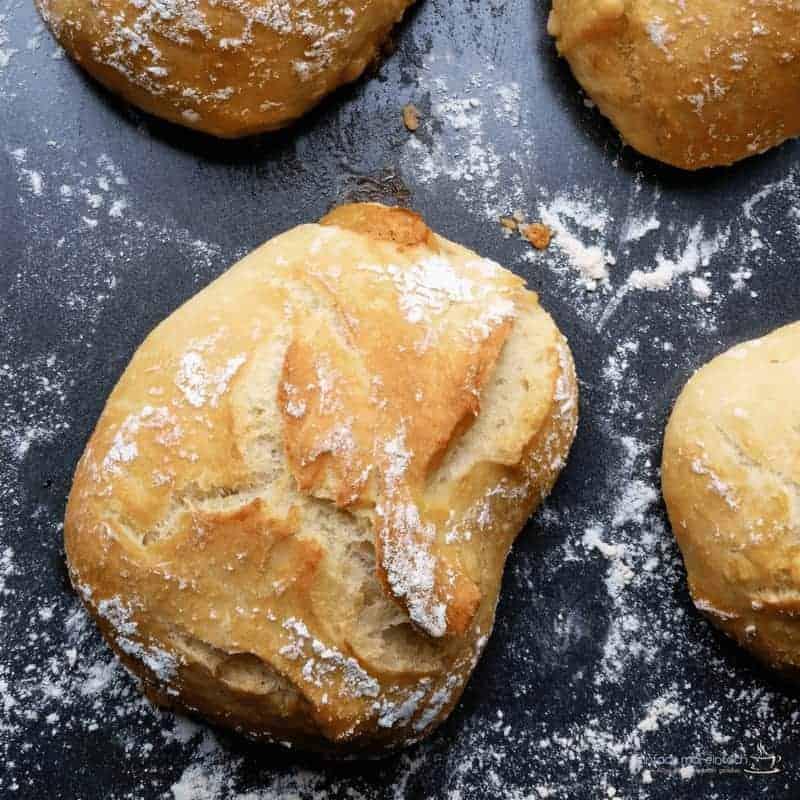 Wenn Du am Wochenende gern schnell und einfach frisch gebackene Brötchen zum Frühstück essen möchtest, dann wirst Du dieses Rezept mit Trockenhefe lieben! Nur 5 Minuten Aufwand am Abend werden benötigt (ohne Kneten!), und schon kannst Du morgens tolle Brötchen in den Ofen schieben, die sich auch mit Dinkel oder Vollkornmehl abwandeln lassen.