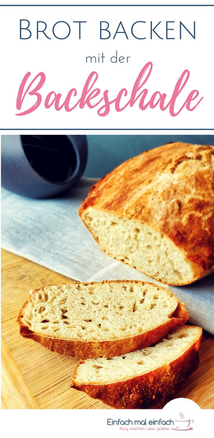 Mit einer Brotbackschale und diesem einfachen Rezept geht Brotbacken so einfach wie noch nie. Mit wenig Hefe geht der Teig über Nacht und entwickelt ein geschmacklichen Tiefgang. So geht Brotbacken nebenbei! #brotbacken #backen #tippsundtricks #brot #rezepte