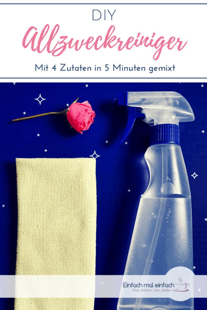 """Putzmittel und Tuch auf blauem Untergrund. Text:""""DIY Allzweckreiniger - Mit 4 Zutaten in 5 Minuten gemixt."""""""