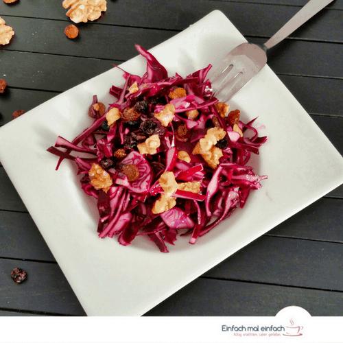 Rotkohl-Salat mit Rosinen und Walnüssen - Bild 3