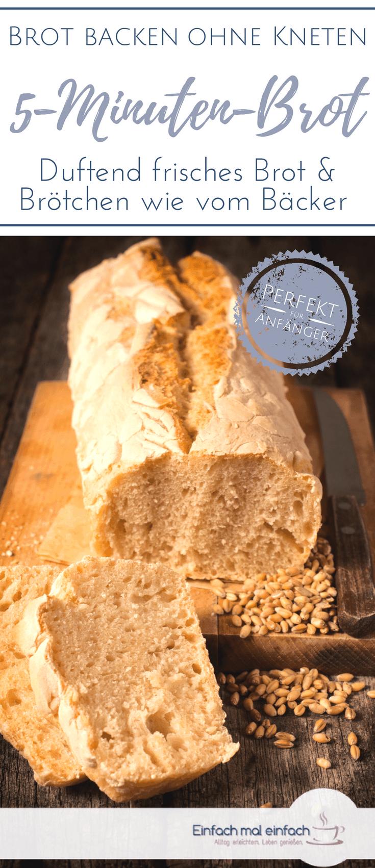 Brotscheiben mit Brot und Backschale im Hintergrund auf grauem Tuch und hölzernem Schneidbrett.