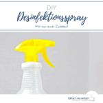 """Gelber Sprühkopf an durchsichtiger Flasche vor hellem Hintergrund. Text:""""DIY Desinfektionsspray - Mit nur zwei Zutaten!"""""""