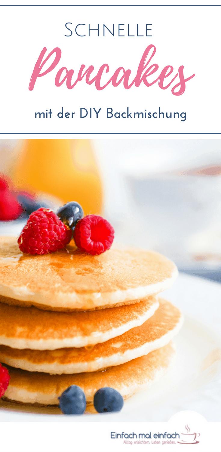 Amerikanische Pancakes zauberst Du mit diesem Rezept im Handumdrehen, denn dank der DIY Backmischung musst Du nur noch Buttermilch und Ei hinzugeben und schon hast Du schnell und einfach fluffige Pancakes auf dem Frühstückstisch stehen. #pancakes #schnelleküche #frühstück #backen #kinderessen