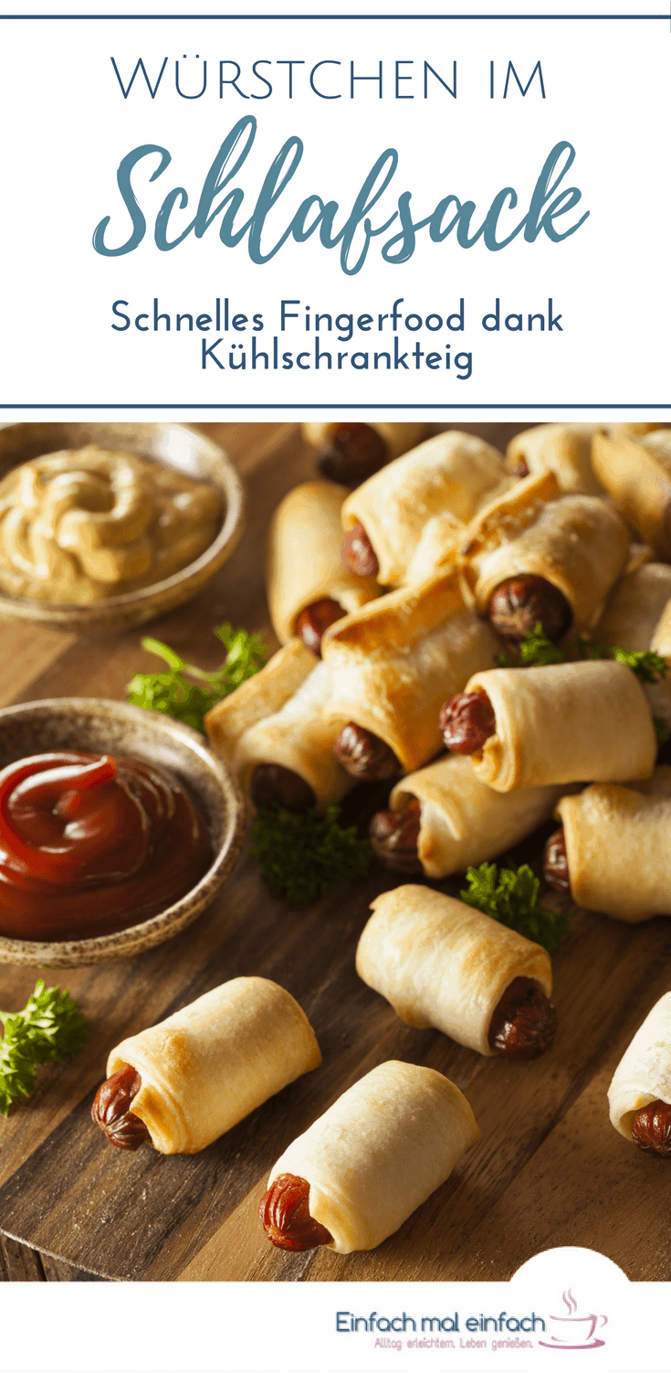 Würstchen im Schlafrock, kleine Würstchen in Teig eingebacken mit Ketchup und Senf in Schälchen zum Dippen als Fingerfood oder Partyessen.