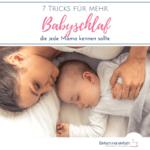 """Mutter und Baby schlafen gemeinsam auf weißem Bett. Text:""""7 Tricks für mehr Babyschlaf, die jede Mama kennen sollte"""""""