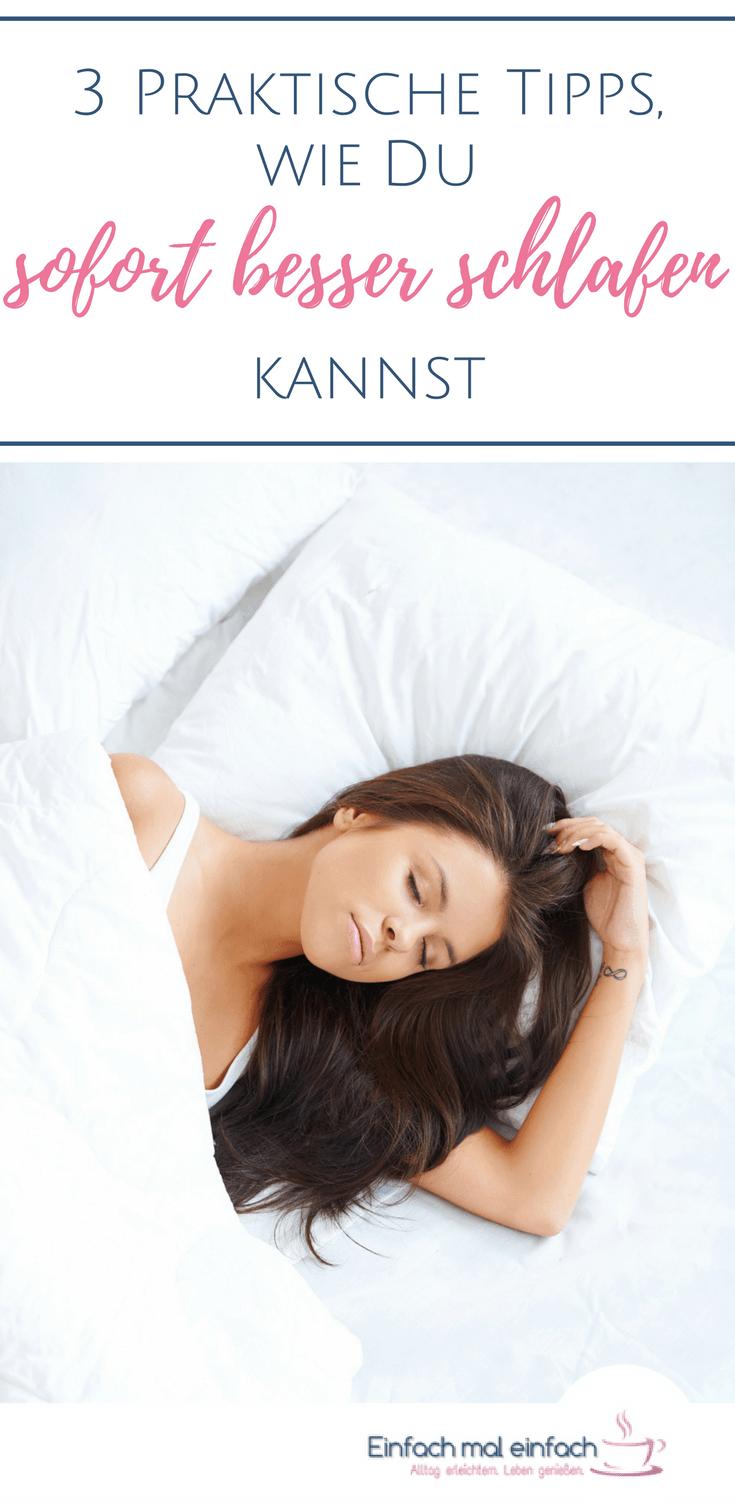 """Dunkelhaarige Frau schläft in weißem Bett. Text:""""3 Praktische Tipps, wie Du sofort besser schlafen kannst."""""""