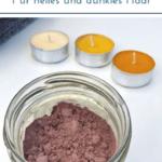 """Trockenshampoo im Glas mit Teelichtern auf hellem Untergrund. Text:"""" DIY Trockenshampoo - Für helles und dunkles Haar."""""""