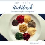 """Hackfleisch-Gewürze auf weißem Teller und dunklem Untergrund mit Mischung im Glas daneben. Text:""""DIY Fix für Hackfleisch. Gewürzmischung für Fleischgerichte"""""""