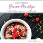 """Weiße Schale mit Beerenporridge auf dunklem Untergrund mit Him- und Blaubeeren. Text:""""Über-Nacht Beeren-Porridge für Slow Cooker & Elektrischen Schnellkochtopf"""""""