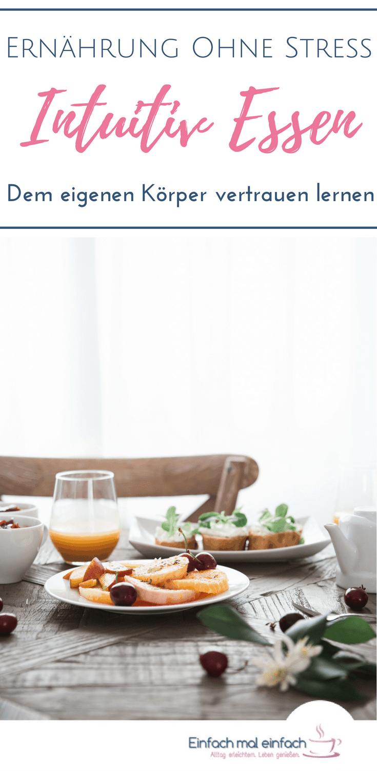 """Holztisch mit Frühstücksteller und Orangensaft. Text:""""Ernährung ohne Stress - Intuitiv Essen - Dem eigenen Körper vertrauen lernen"""""""