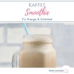 Kaffee im Smoothieglas mit hellblauem Strohhalm vor hellem Hintergrund. Text: Kaffee Smoothie für Energie und Schönheit.