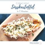 Süßkartoffel mit Käse und Kräutern gefüllt auf Holzbrett. Text: