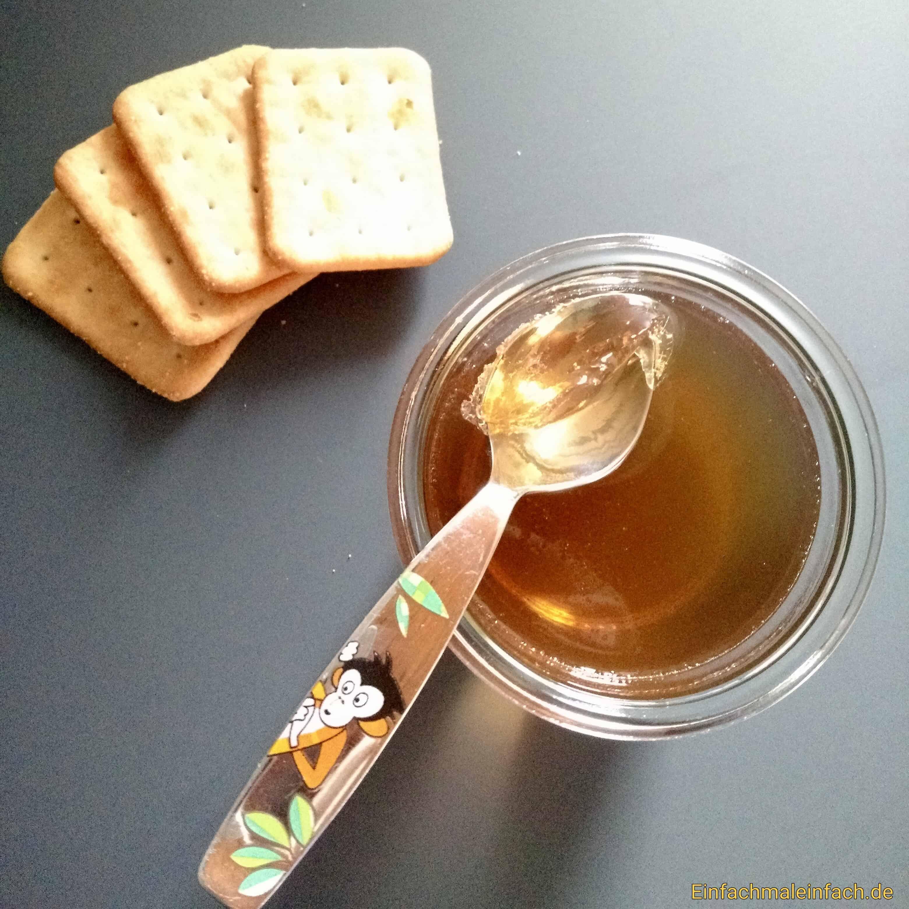 Cracker und selbstgemachter Wackelpudding aus Traubensaft sind nahrhaft und erfrischend