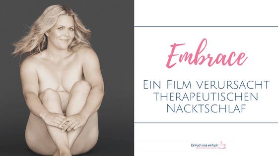 """Tarryn Brumfit nackt vor grauem Hintergrund. Text.:""""Embrace -Ein Film verursacht therapeutischen Nacktschlaf"""""""