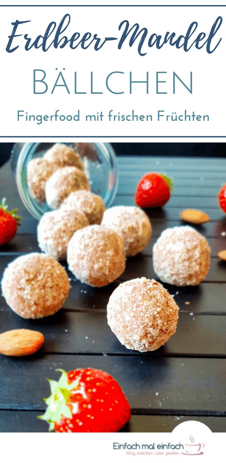 Diese Erdbeer-Mandel-Bällchen sind Energiekugeln ohne Datteln, doch mit echter Frucht. Die Energieballs können ohne Zucker und als Riegel ganz einfach zubereitet werden. Der ideale Snack! #energy #bars #riegel #gesund #unterwegs #erdbeeren #rezepte