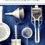 """Alte Küchenhelfer auf blauem Untergrund. Text:""""Meine Top 10 Küchenhelfer zur Erleichterung des Alltags"""""""