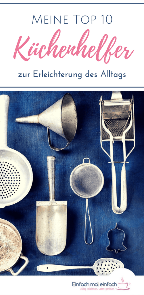 """Alte Küchenutensilien auf blauem Hintergrund. Text:""""Meine Top 10 Küchenhelfer zur Erleichterung des Alltags"""""""
