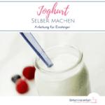 Joghurtglas mit Löffel vor hellem Hintergrund mit Beeren. Text: