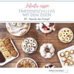 Holztisch mit verschiedenen Tellern voller Kuchen, Torte und Kekse. Text: