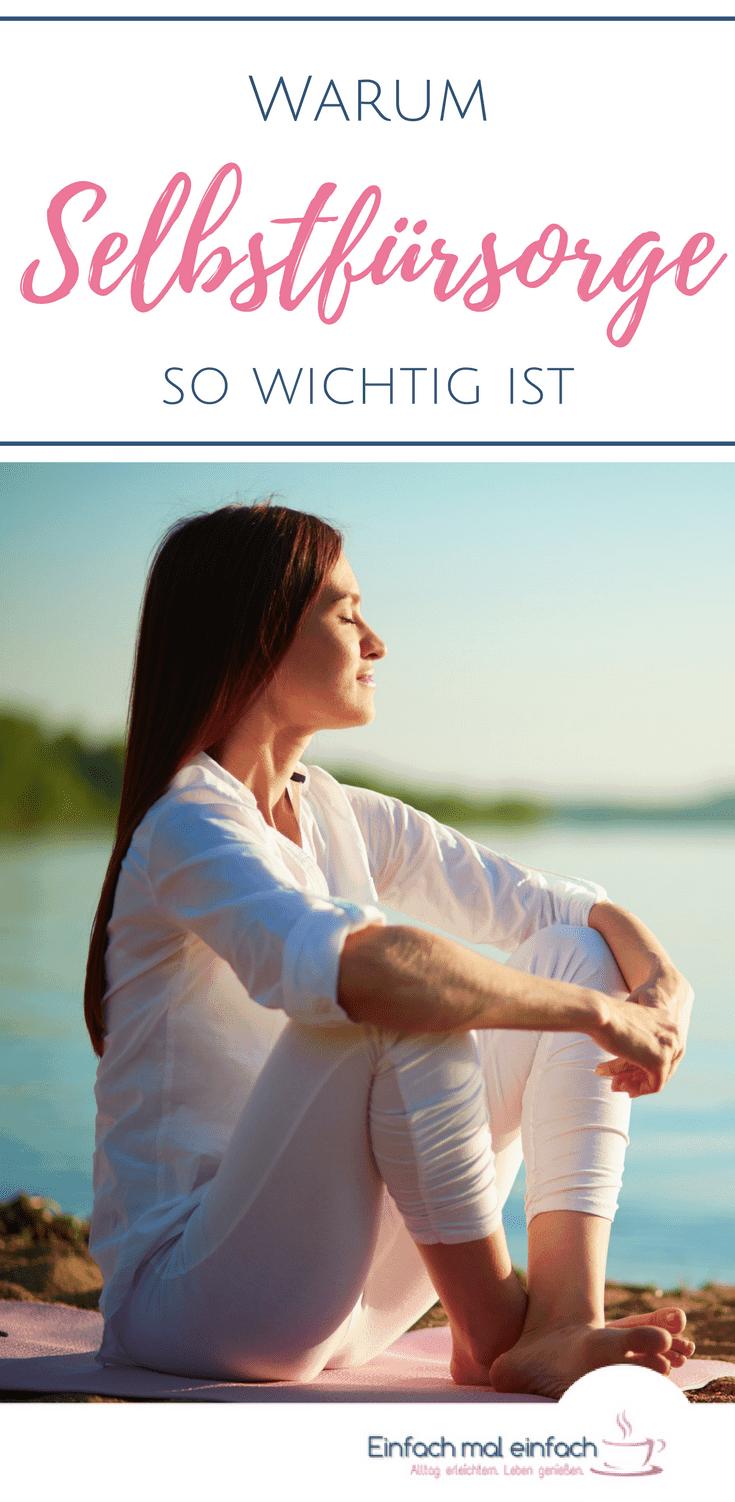 """Sitzende Frau genießt Sonnenaufgang am See mit geschlossenen Augen. Text:""""Warum Selbstfürsorge so wichtig ist"""""""