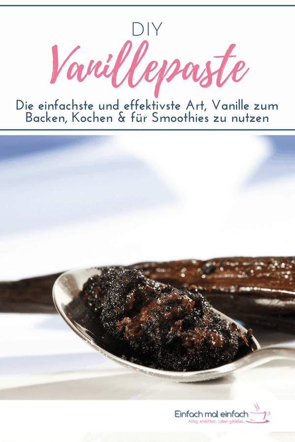 """Vanillepaste auf Löffel mit Vanilleschoten im Hintergrund. Text:""""DIY Vanillepaste - Die einfachste und effektivste Art, Vanille zum Backen, Kochen und für Smoothies zu nutzen."""""""