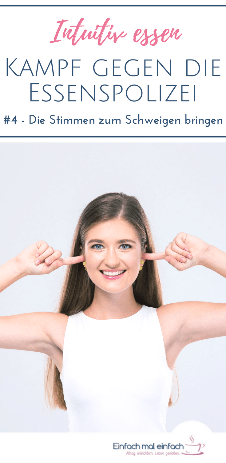 """Frau hält sich lächelnd die Ohren zu. Text:""""Intuitiv essen - Kampf gegen die Essenspolizei - #4 Die Stimmen zum Schweigen bringen"""""""