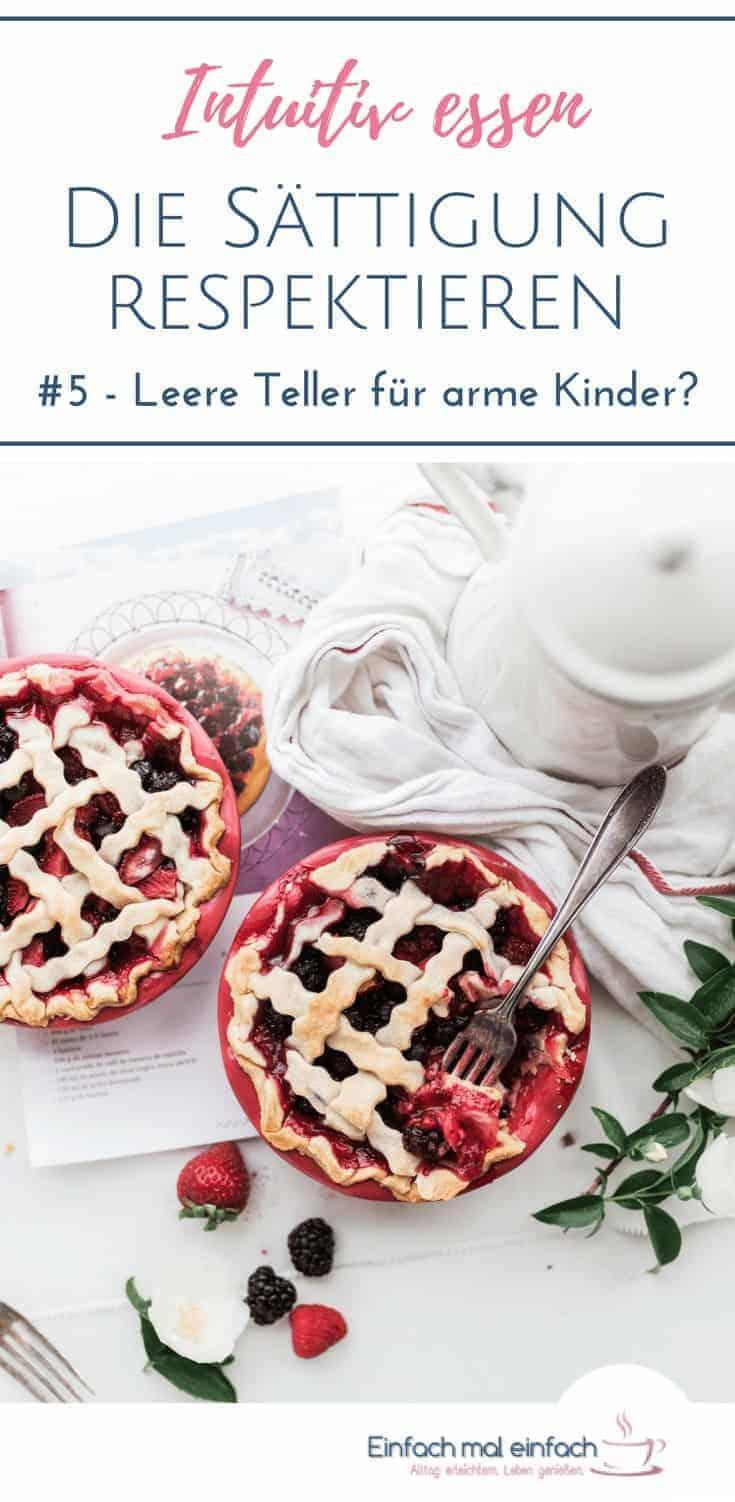 """Beerenkuchen in der Form auf hellem Untergrund mit Kaffeekanne. Text:""""Intuitiv essen - Sie Sättigung respektieren - #5 - Leere Teller für arme Kinder?"""""""