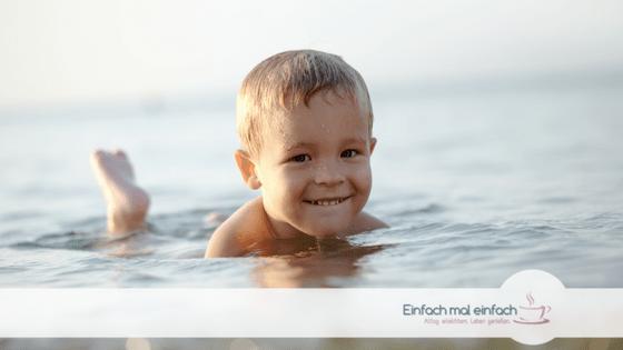 Kleinkind im Meer