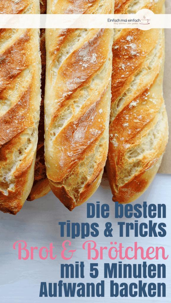 """Frisch gebackene Baguettestangen auf Backpapier. Text:""""Die besten Tipps & Tricks - Brot & Brötchen mit 5 Minuten Aufwand backen"""""""