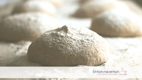 Brotteig mit Mehl bestreut