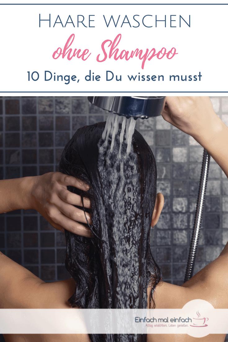 Frau spült Haare unter der Dusche. Text: