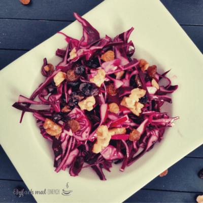 Rotkohl-Salat mit Rosinen und Walnüssen