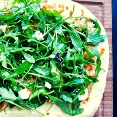 Schnelle Rucola Pizza mit Oliven und Feta