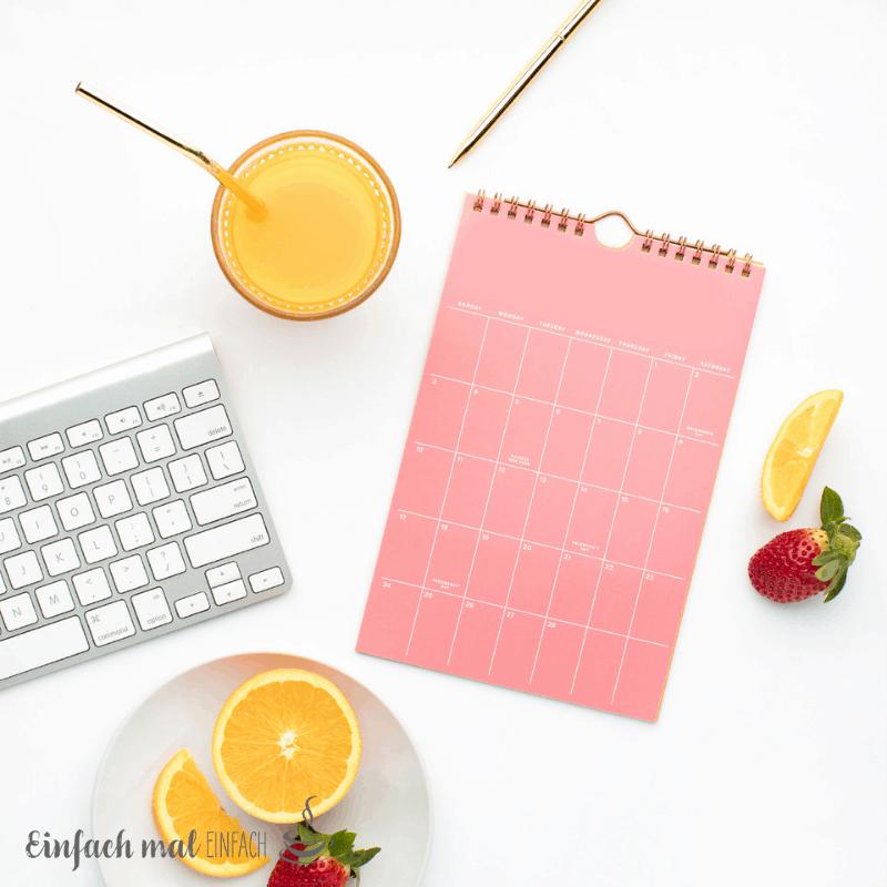 Obst und Getränk neben Kalender und Tatstatur.