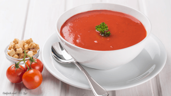 Tomatensuppe in einer Suppentasse